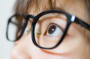 子どもにブルーライトカット眼鏡は 「推奨の根拠なく、発育に悪影響与えかねない」